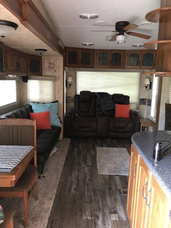 2010 Keystone Montana Hickory 3400RL