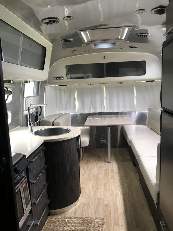 2018 Airstream International Signature 27FB Queen