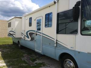 2001 National RV Dolphin 5330